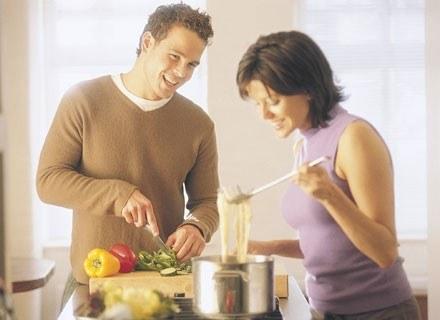 Facet, który nie tracąc nic ze swojej męskości, potrafi gotować to ideał współczesnej kobiety