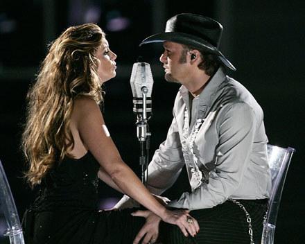 """Faith Hill i Tim McGraw, który musi uważać na swoje """"klejnoty"""" /arch. AFP"""
