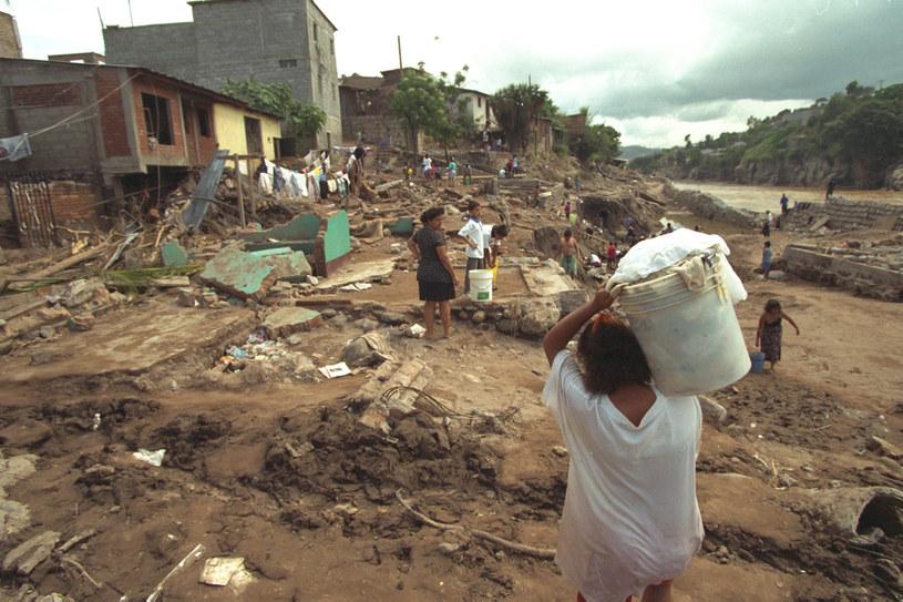 Fala powodziowa niszczyła niemal wszystko, co miała na swojej drodze /Bernard Bisson/Sygma /Getty Images