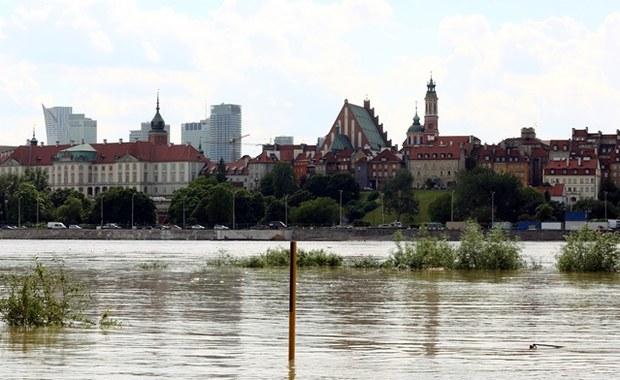 Fala przepływa przez Warszawę. Wały skutecznie chronią stolicę