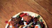 Falafel z jogurtem, bakłażanem i sałatką z kapusty czerwonej