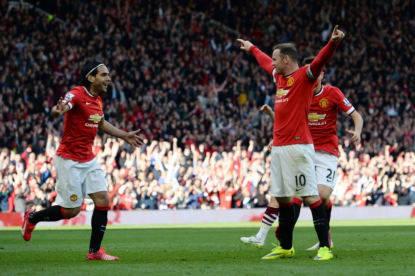 Falcao (z lewej) cieszy się z trafienia kolegi z zespołu. Sam nie ma w Manchesterze wielu okazji do celebrowania goli /AFP