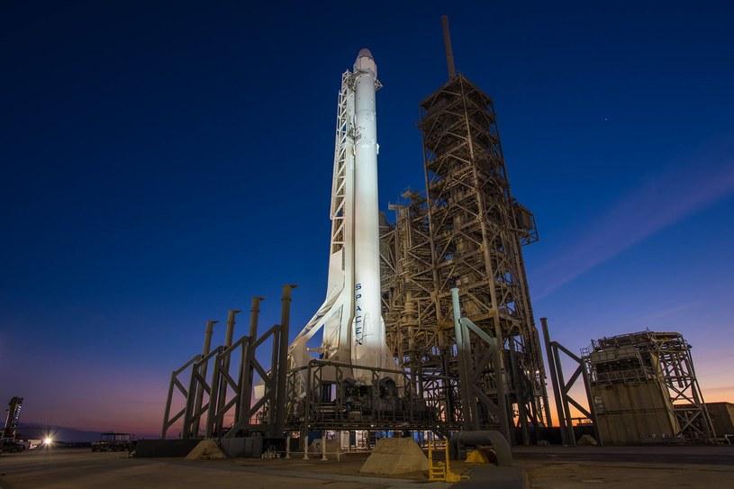 Falcon 9 na stanowisku startowym. Fot. Space X /materiały prasowe