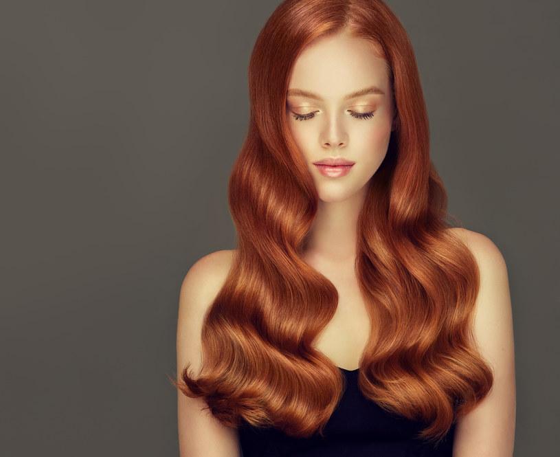 Fale na włosach można uzyskać za pomocą falownicy do włosów /123RF/PICSEL