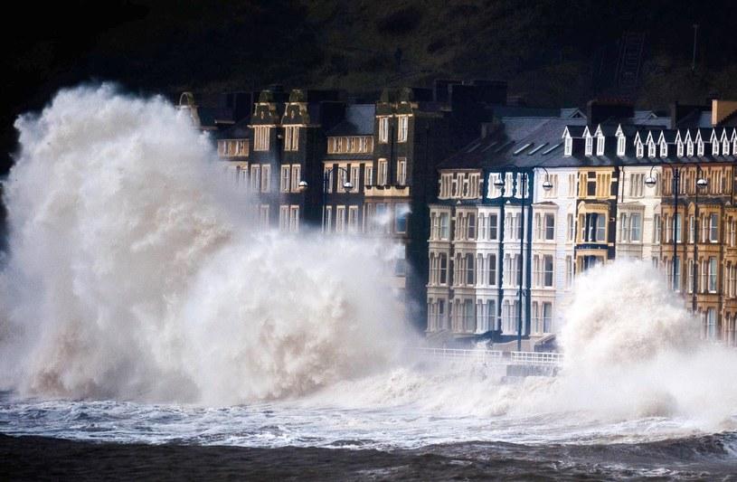 Fale w Aberystwyth /PAP/EPA