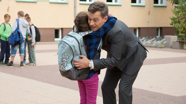 Falkowicz sprawdza się w roli ojca /Agencja W. Impact