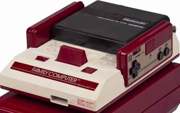 Famicom z przystawką Disk Writer Kiosks - fragment prezentacji konsoli znaleziony w serwisie YouTube.com /materiały prasowe