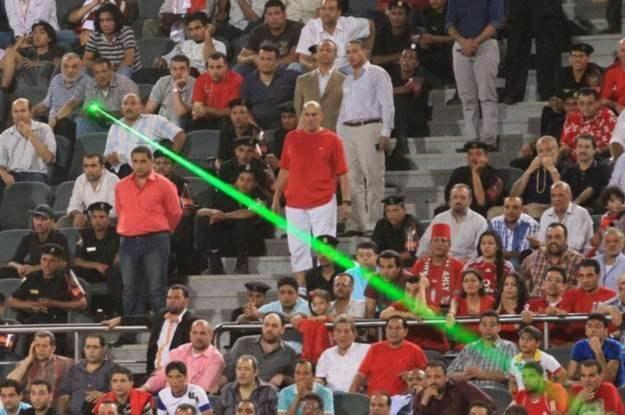Fan egipskiej drużyny piłkarskiej wykorzystuje laser, aby oślepić libijskiego bramkarza /AFP