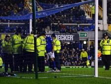 Fan Manchesteru City przykuł się kajdankami do bramki!