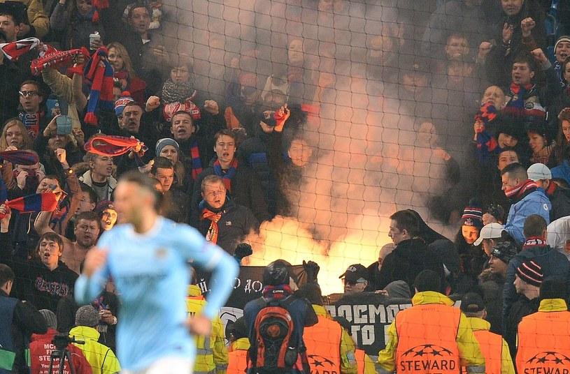 Fanatyczni kibice CSKA podczas spotkania Ligi Mistrzów z Manchesterem City /AFP