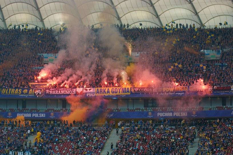 Fani Arki palą race podczas finału Pucharu Polski /Krzysztof Radzki /East News