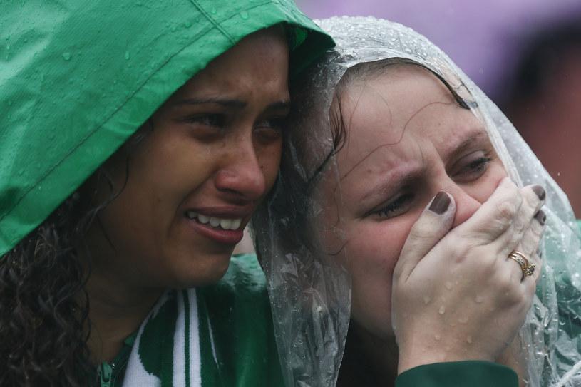 Fani Chapecoense opłakują zmarłych piłkarzy /Getty Images