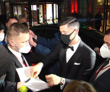"""Fani czekali na """"Lewego"""" po Plebiscycie do późnej nocy. Rozdał kilka autografów. Wideo"""
