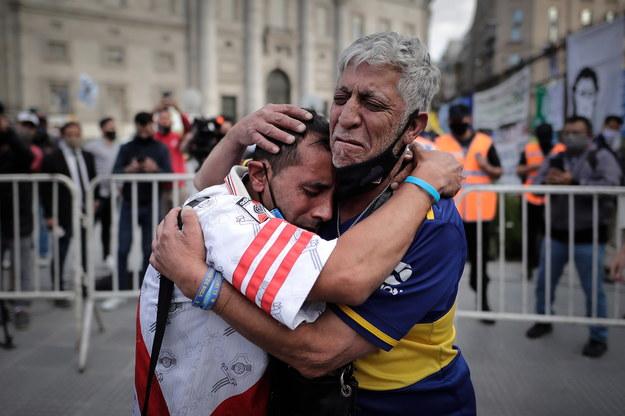 Fani Diego Maradony w Buenos Aires, gdzie wystawiona jest trumna z ciałem piłkarza /JUAN IGNACIO RONCORONI /PAP/EPA