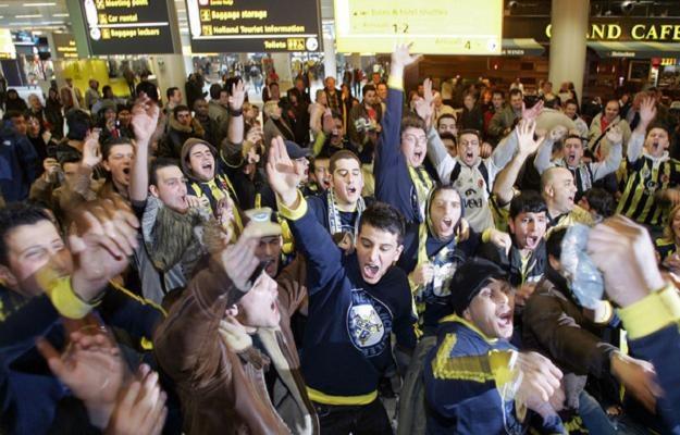 Fani Fenerbahce Stambuł to jedni z najbardziej zagorzałych kibiców /AFP