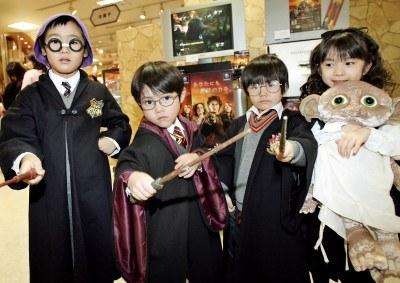 Fani Harry Pottera w strojach z filmu. /AFP