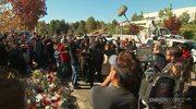 Fani i koledzy z planu filmowego składają kwiaty w miejscu śmierci aktora Paula Walkera