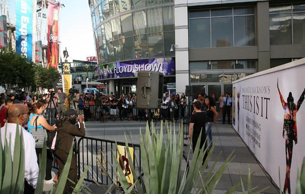 Fani Jacksona gromadzą się przed Nokia Theatre w Los Angeles  /AFP