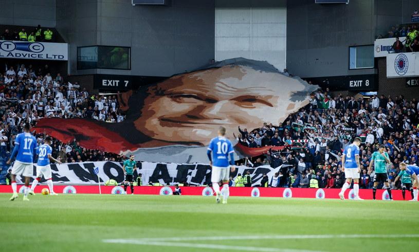 Fani Legii z wizerunkiem Jana Pawła II na trybunach stadionu Rangersów /PAP/EPA