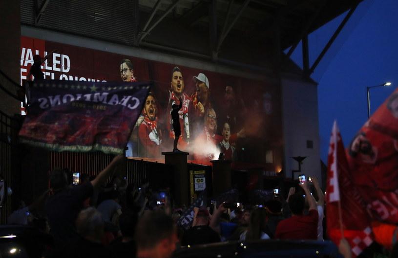 Fani Liverpoolu na tle Anfield /PAP/EPA