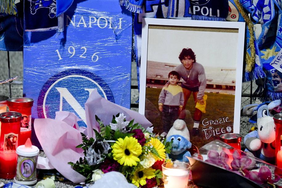Fani Maradony oddający mu hołd w Neapolu /CIRO FUSCO /PAP/EPA