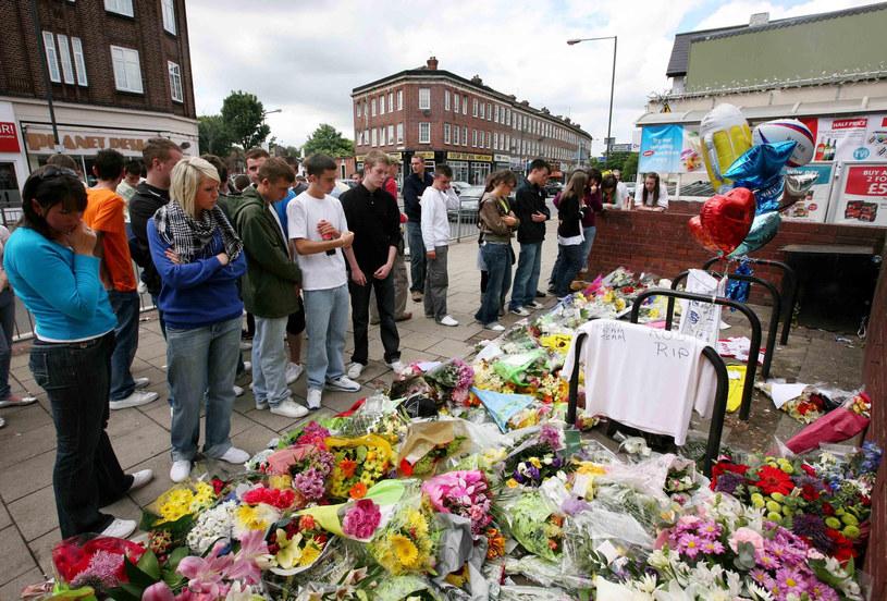Fani na miejscu śmierci aktora /Gareth Fuller    /Getty Images
