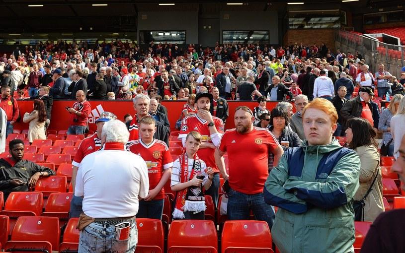 Fani na Old Trafford właśnie dowiedzieli się o odwołaniu meczu /PAP/EPA
