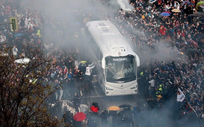 Fani Realu Madryt witają piłkarzy swojego klubu, którzy autokarem przyjechali na stadion Santiago Bernabeu przed meczem Ligi Mistrzów. /PAP/EPA