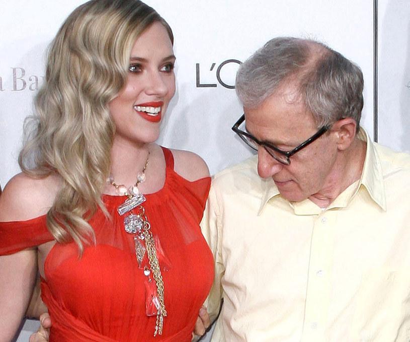 Fani są oburzeni zażyłością Johansson z potępianym reżyserem /East News
