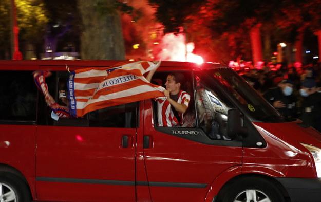 Fani świętują zwycięstwo klubu przy słynnej fontannie w centrum Madrytu /JAVIER LOPEZ /PAP/EPA
