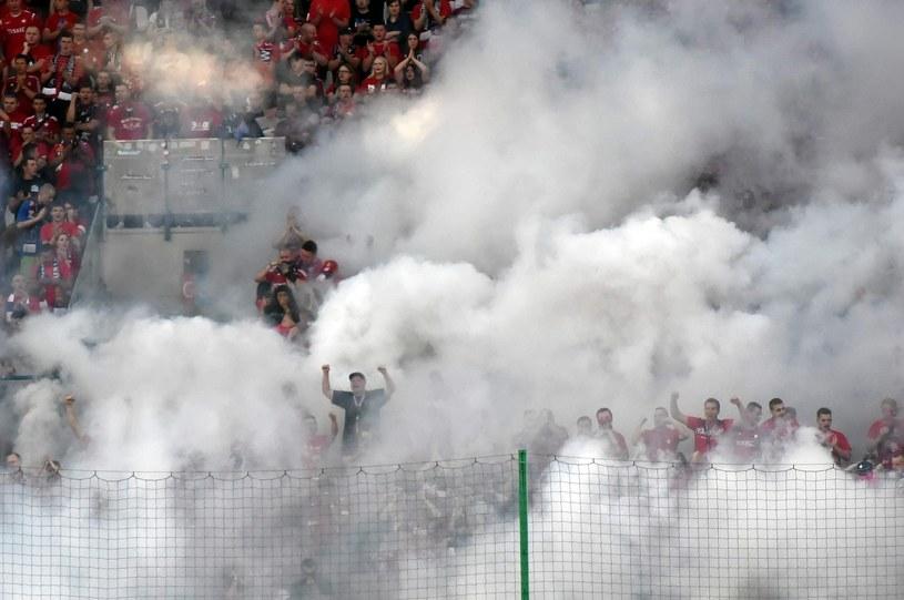 Fani Wisły Kraków odpalili race i świece dymne podczas meczu z Lechem Poznań /Fot. Michał Lasyk /Reporter