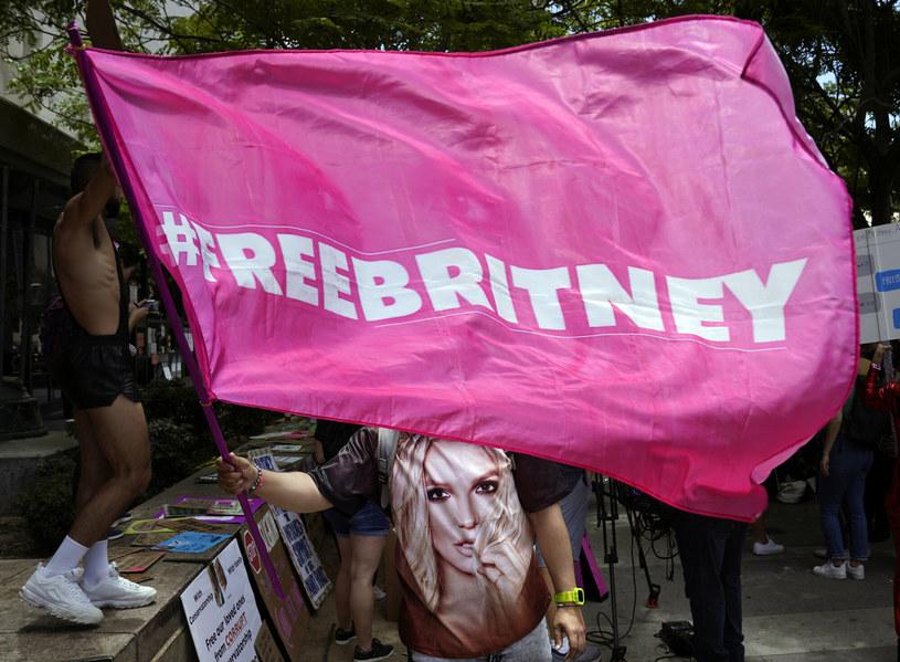 Fani wspierali Britney Spears przed sądem /AP/Associated Press /East News
