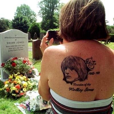 Fanka na grobie Briana Jonesa /arch. AFP