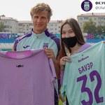 Fanka rozebrała się na stadionie. Na banerze poprosiła swojego idola o koszulkę