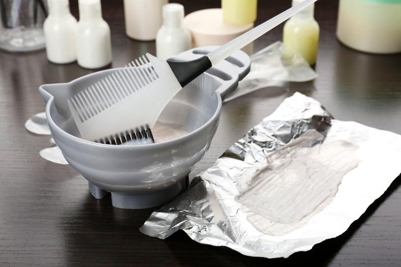 Farbowanie włosów w domu wymaga precyzji /123RF/PICSEL