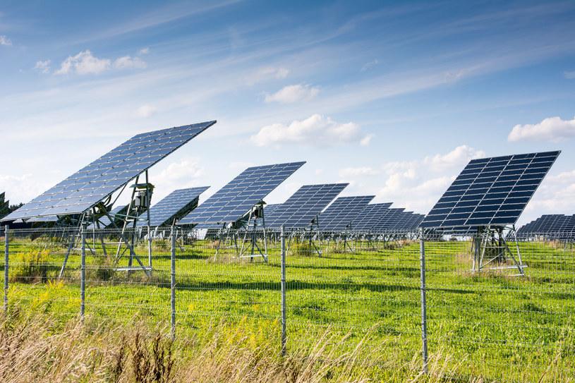 Farmy słoneczne budują na swoich terenach także firmy przemysłowe. /123RF/PICSEL
