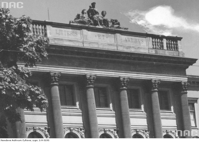 Fasada Politechniki Lwowskiej - jednego z reprezentacyjnych budynków polskiego Lwowa (zdj. archiw. z 1939 r.) /Z archiwum Narodowego Archiwum Cyfrowego