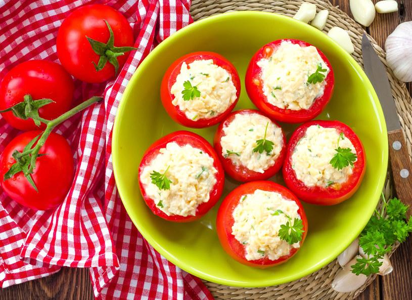 Faszerowane pomidory przykryj kapeluszami /123RF/PICSEL