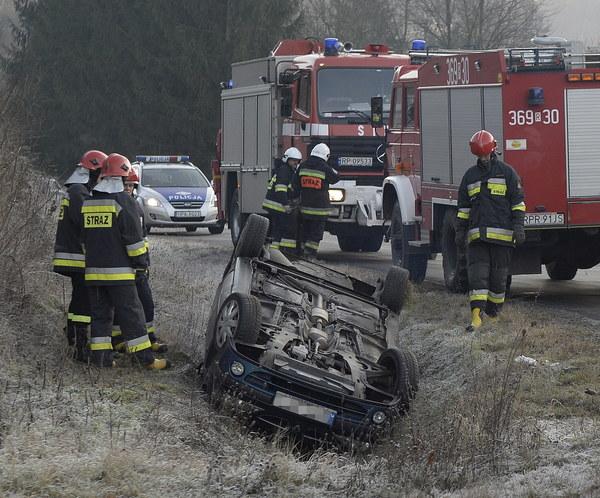 W wypadku na drodze krajowej nr 28 w Krasiczynie ucierpiały dwie osoby. Kierowcy proszeni są o szczególną ostrożność.