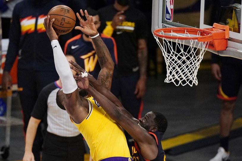 Faul Greena nie przeszkodził LeBronowi Jamesowi (z lewej) w przechyleniu szali zwycięstwa na korzyść Lakers /AP/Associated Press/East News /East News
