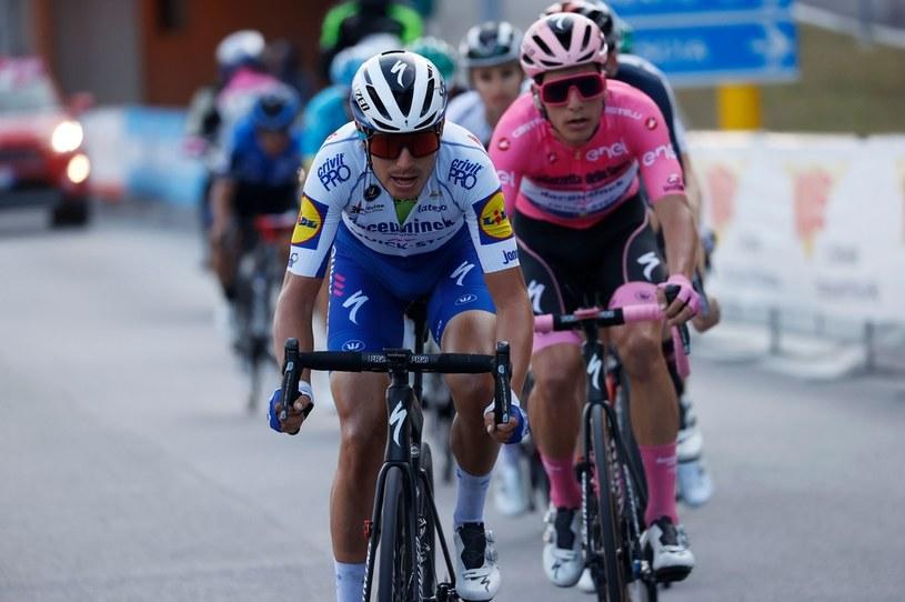 Fausto Masnada (z przodu). Za nim w różowym trykocie Joao Almeida podczas Giro d'Italia. /Luca Bettini /AFP