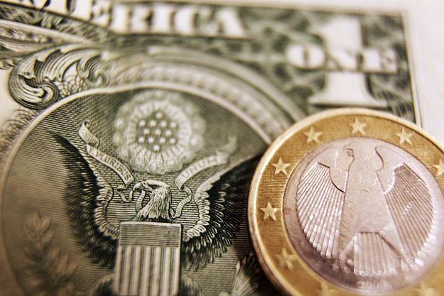 FED pomaga dolarowi /AFP