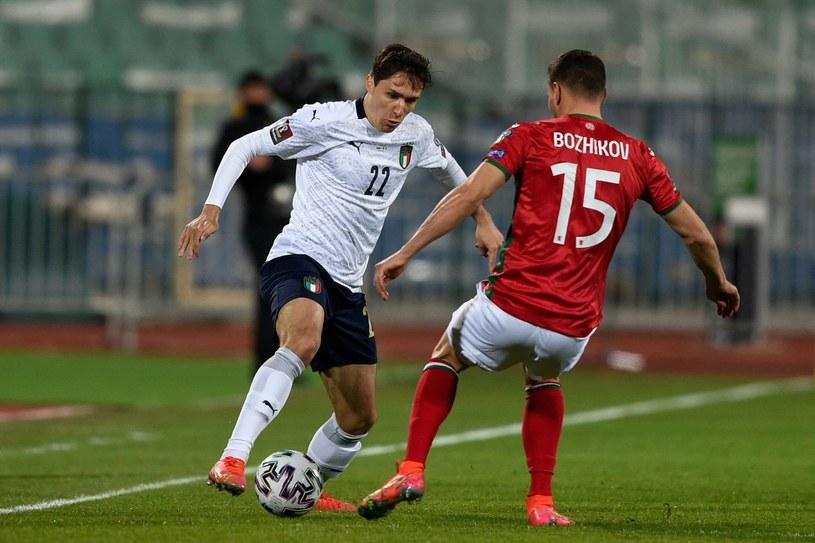 Federico Chiesa w meczu Włochy - Bułgaria. Naprzeciw Wasyl Bożykow /NIKOLAY DOYCHINOV  /AFP