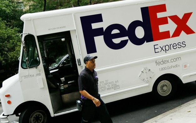 FedEx musi zamknąć 100 biur i magazynów a od stycznia zmniejszyć park samochodowy /AFP