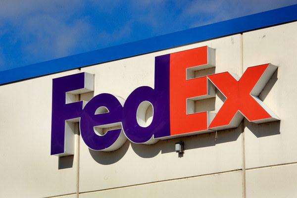 FedEx przeznaczy ponad 3,2 mld USD na podwyżki pensji, premie, plan emerytalny i podniesienie kapitału inwestycyjnego /AFP