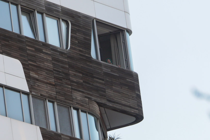 Fedez w oknie swojego apartamentu w Mediolanie /Getty Images