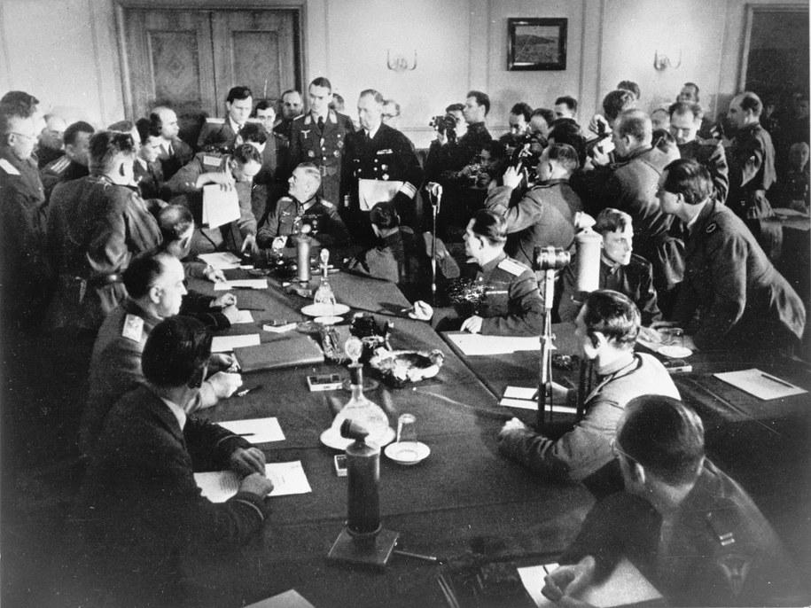Feldmarszałek Wilhelm Keitel (u szczytu stołu) podpisał akt bezwarunkowej kapitulacji Niemiec. amw /PAP