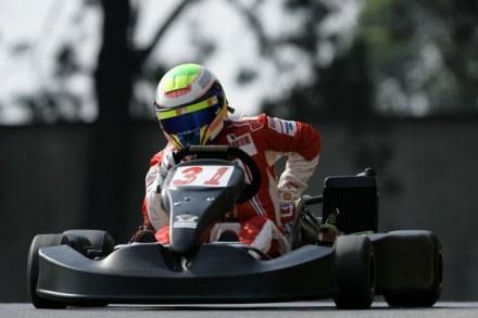 Felipe Massa sprawdzi jak za kierownicą gokarta radzi sobie Robert Kubica /AFP