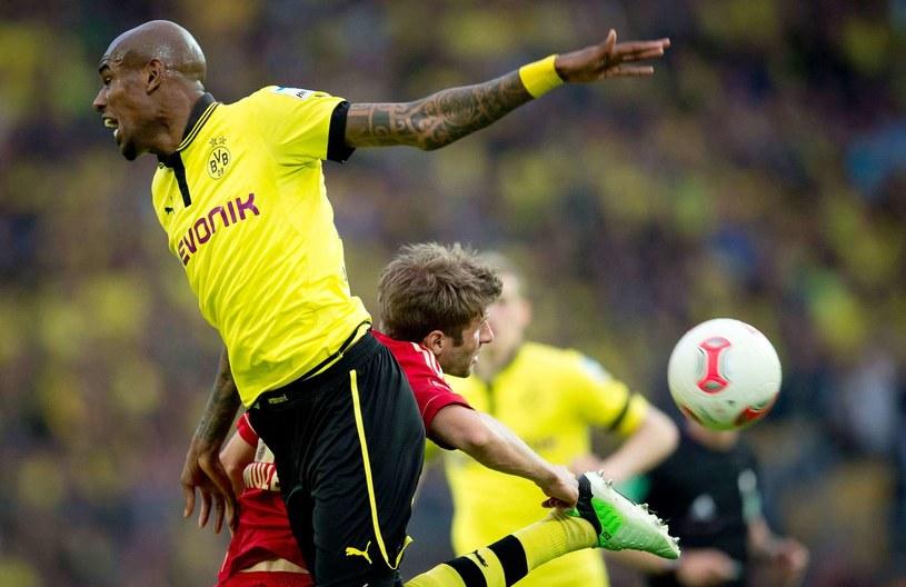 Felipe Santana (w wyskoku) zdążył się juz przenieść z Borussii Dortmund do Schalke 04 Gelsenkirchen /AFP