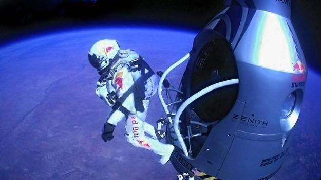Felix Baumgartner na skraju kapsuły na wysokości 39 km /PAP